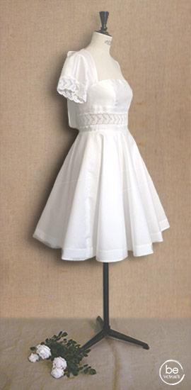 robe courte en mikado de soie et guipure, jupe corolle et décolleté dos