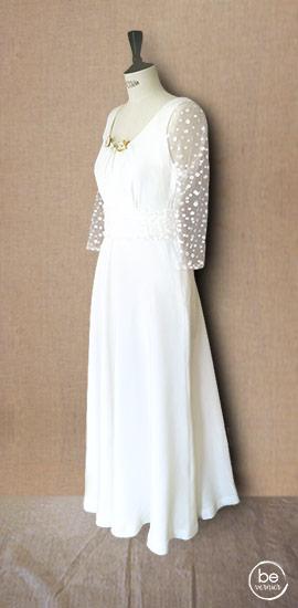 robe en crêpe satin de soie à manches 3/4 et ceinture drapée en plumetis