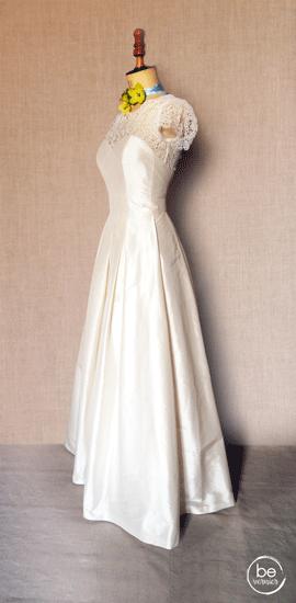 robe bustier à larges plis, en soie et guipure