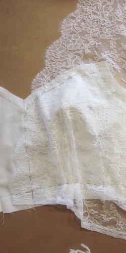 pose de dentelle sur corsage de mariee cree par be vernier