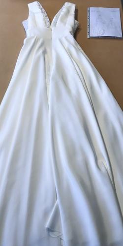 robe de mariee posee sur table crepe et dentelle cree par be vernier