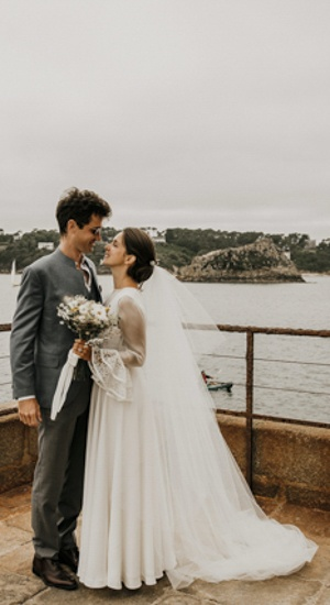 couple de maries sur la mer robe en crepe de soie cree sur mesure par be vernier