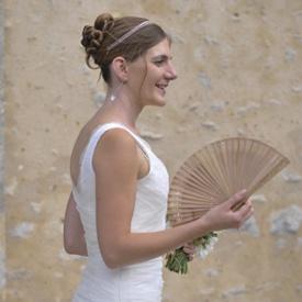 mariee de profil avec un eventail robe sur mesure en tulle de soie par be vernier