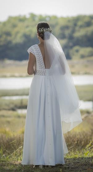 mariee de dos devant la mer avec un voile robe en crepe de soie cree sur mesure par be vernier