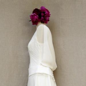 robe longue en crêpe et mousseline de soie et chantilly sur mannequin de couture