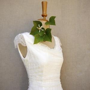 robe en crêpe satin et dentelle de calais sur un mannequin de couture shooting be vernier