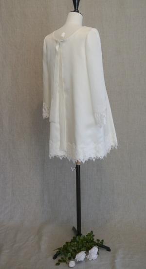 robe courte en triple organza satin et dentelle sur mannequin de couture