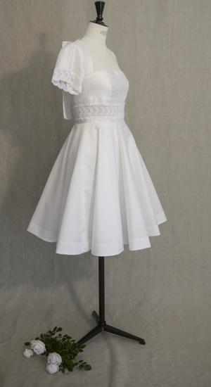 robe courte patineuse en mikado de soie et guipure sur mannequin de couture