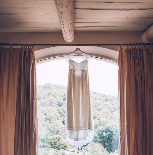 robe de mariee suspendue sur une fenetre cree par be vernier