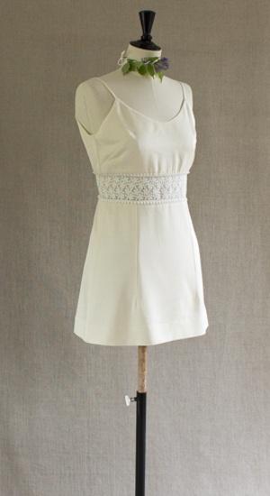 robe courte en twill de soie et guipure sur mannequin de couture